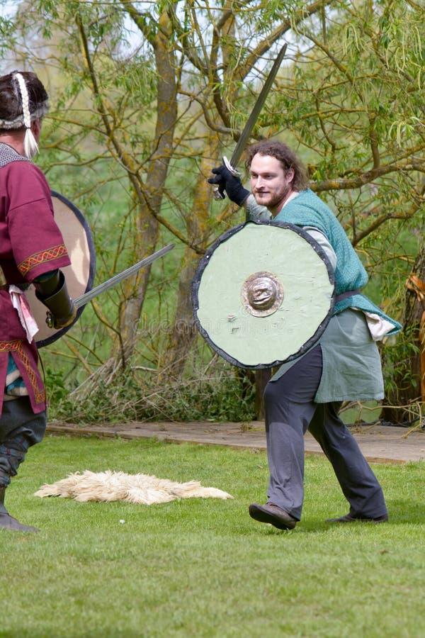 北欧海盗战士剑战斗 免版税库存图片
