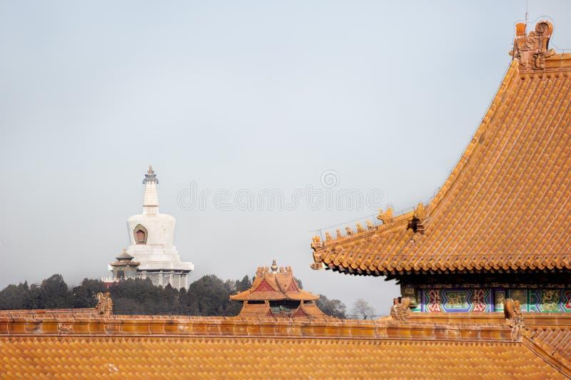 北海公园白色Dagoba如被看见从故宫,北京的内部 库存照片