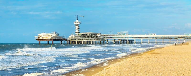 北海海滩和斯海弗宁恩码头在海牙,荷兰附近 免版税图库摄影