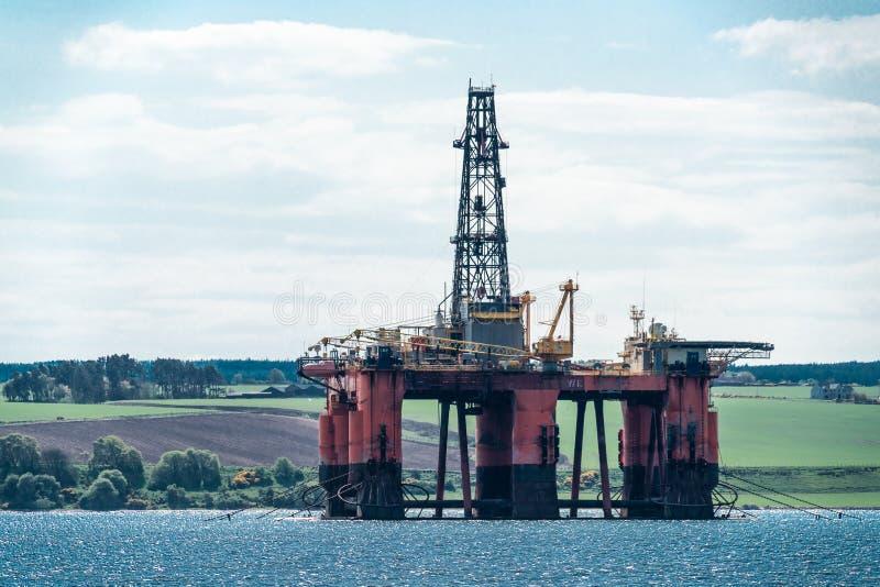北海石油钻井船具在Cromarty峡湾, Scotlan停泊了 库存照片