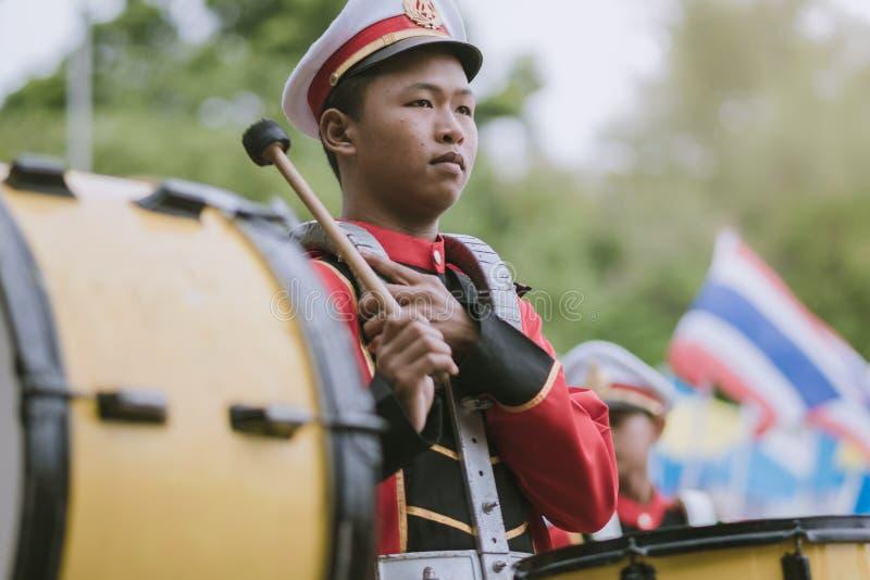 北碧泰国- 7月18日:泰国学校游行乐队  免版税库存图片