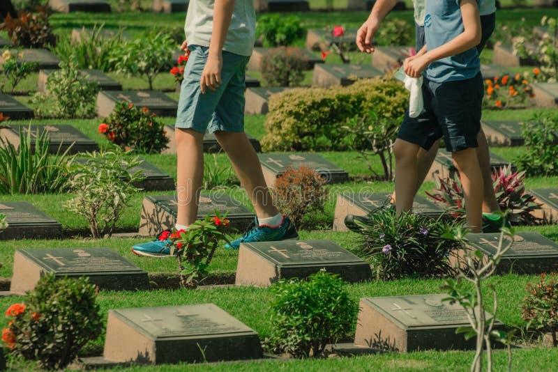 北碧,THAILAND-DECEMBER 19:不明身份的游人走a 库存照片