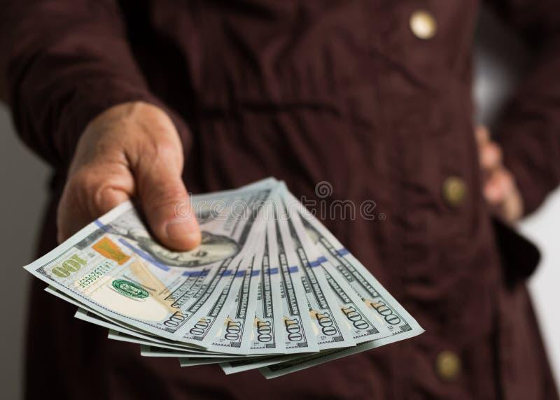 北美洲货币:美元 支付现金的老退休者 免版税库存照片