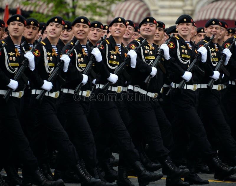 北舰队的沿海力量的海洋步兵希尔克内斯旅团的海军陆战队员在游行的排练的期间 免版税库存照片
