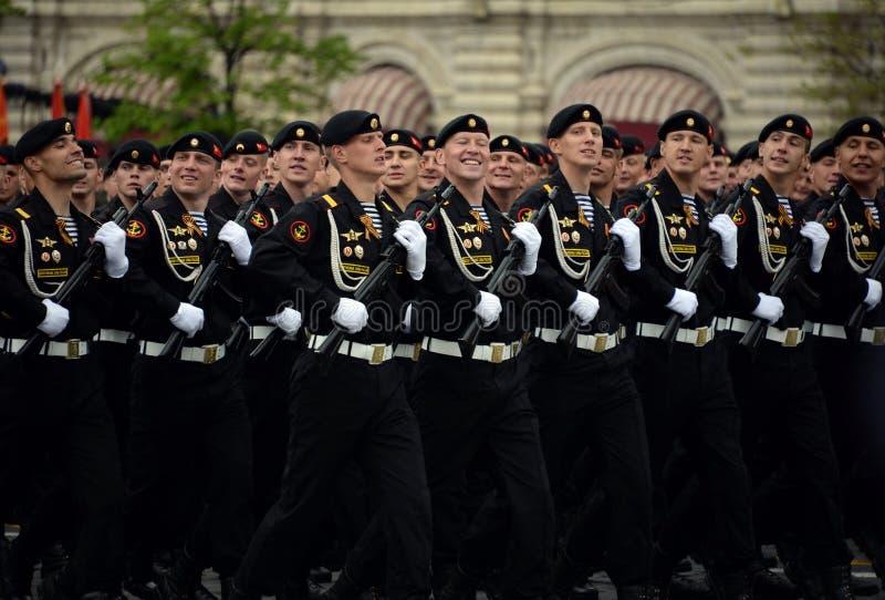 北舰队的沿海力量的海洋步兵希尔克内斯旅团的海军陆战队员在游行的排练的期间 免版税库存图片