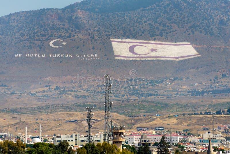 北赛普勒斯土耳其共和国的旗子俯视塞浦路斯的国会大厦 库存照片