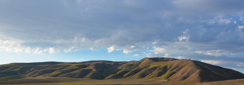 北部加利福尼亚山与天空蔚蓝的晚夏 库存照片