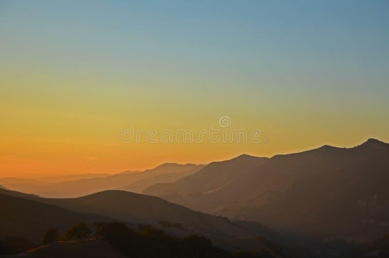 北部加利福尼亚山与天空蔚蓝的晚夏 免版税库存照片