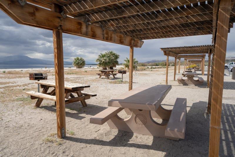 北部岸,加州- 2019年3月21日:野餐桌和避难所在索尔顿湖状态娱乐中心在加利福尼亚,在哪里 免版税库存图片