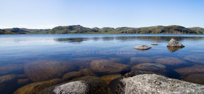 北部的Mountain湖。青苔隐蔽的小山和被阻碍的vege 免版税库存照片