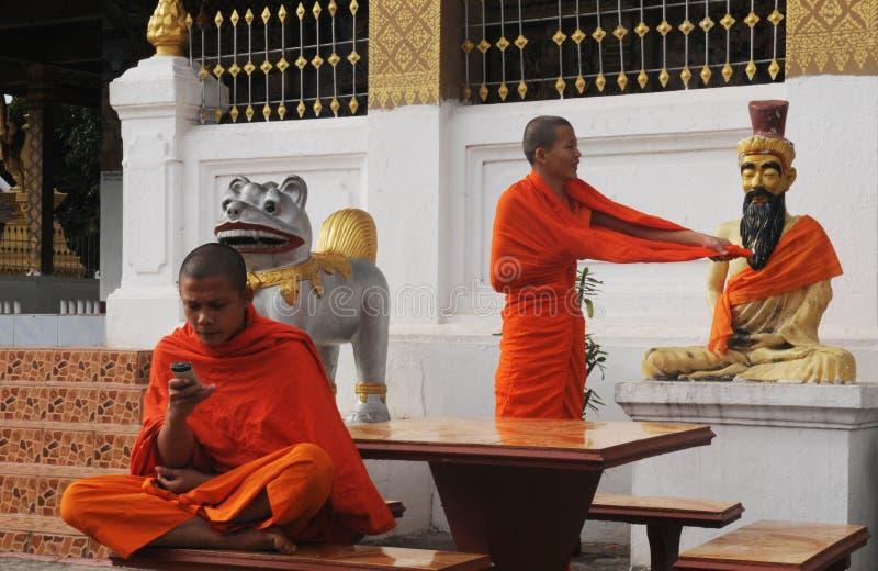 北部老挝:两名年轻修士在32佛教寺庙之一中 库存图片