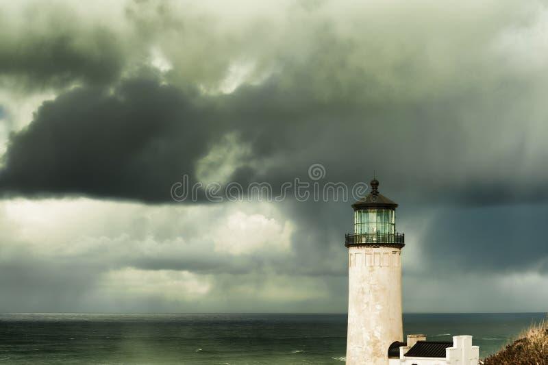 北部顶头灯塔在风雨如磐的天空下 库存图片