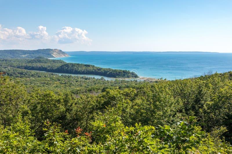 北部Bar湖和密歇根湖俯视在睡觉熊沙丘 免版税库存图片