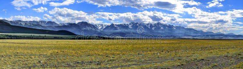 北部Chuya土坎全景与Kuray干草原的在前景, A 免版税库存图片