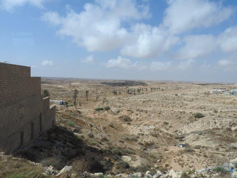 北非的巴巴里人村庄Tamezret加贝斯湾省清真寺热的沙漠在突尼斯 免版税库存照片
