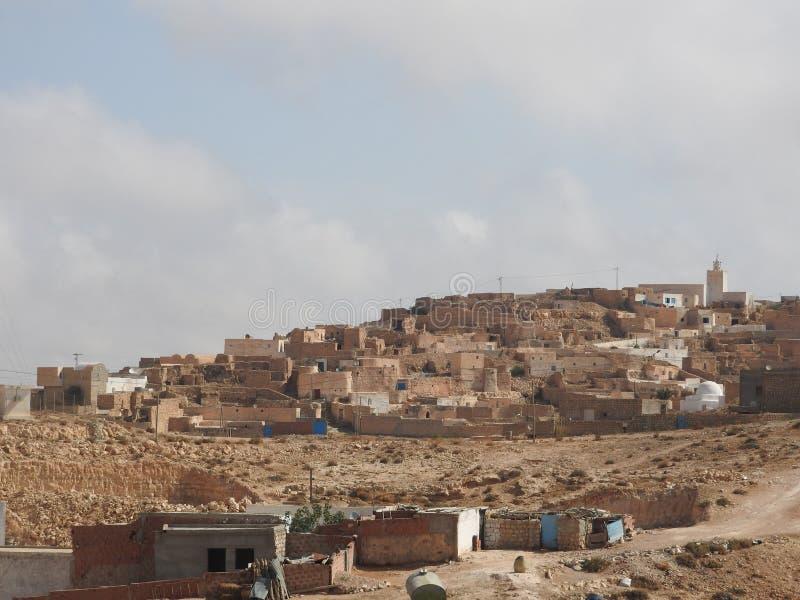 北非的巴巴里人村庄Tamezret加贝斯湾省清真寺热的沙漠在突尼斯 库存照片