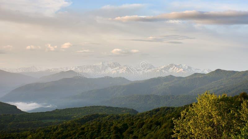 北高加索的山日落的 积雪覆盖的峰顶在阳光下 免版税库存照片