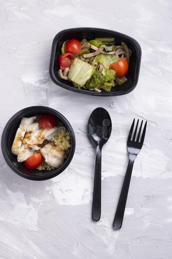 匙子和叉子用花椰菜、沙拉叶子和圆白菜用五谷面包,素食主义者沙拉 免版税图库摄影
