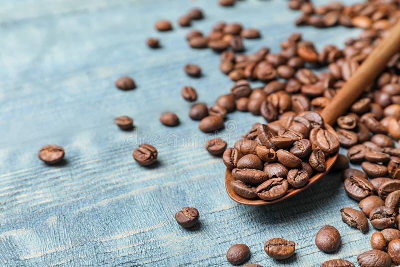 匙子和咖啡豆 免版税库存照片