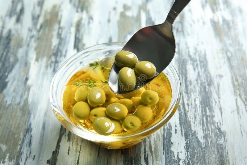 匙子和碗有烹调用油和橄榄的 免版税库存照片