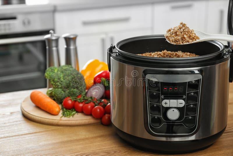 匙子用在多烹饪器材的可口荞麦在桌上的菜附近在厨房里 图库摄影