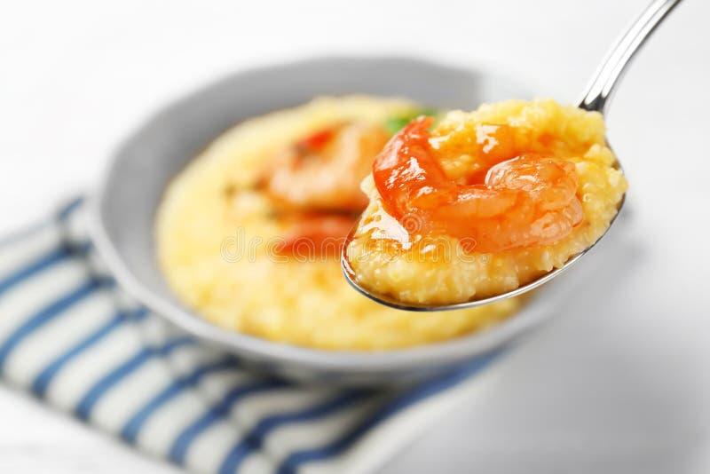 匙子用新鲜的鲜美虾和沙粒 免版税库存图片