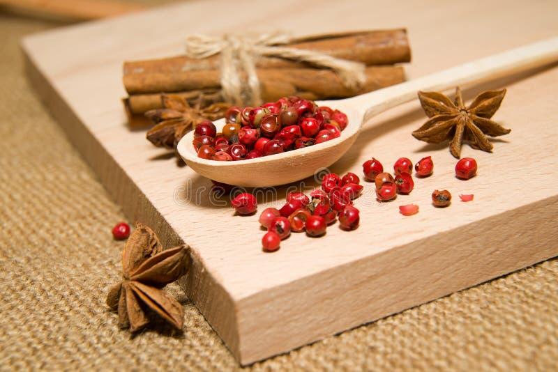匙子用胡椒和八角五谷填装了在木su 库存照片