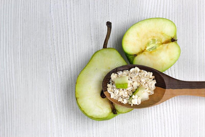 匙子用苹果和梨燕麦粥和片断  库存照片