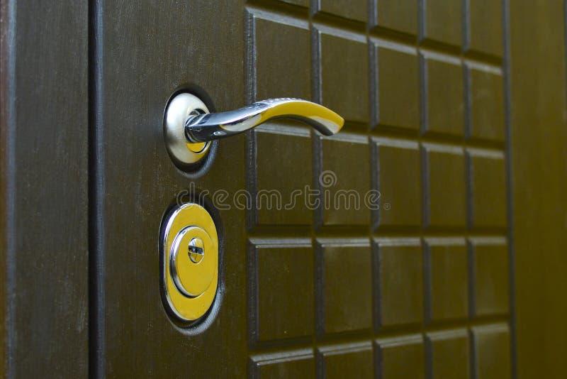 匙孔和把柄在大门 r 概念:保护免受闯入 库存照片