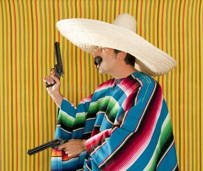 匪盗枪手墨西哥髭左轮手枪阔边帽 免版税库存图片