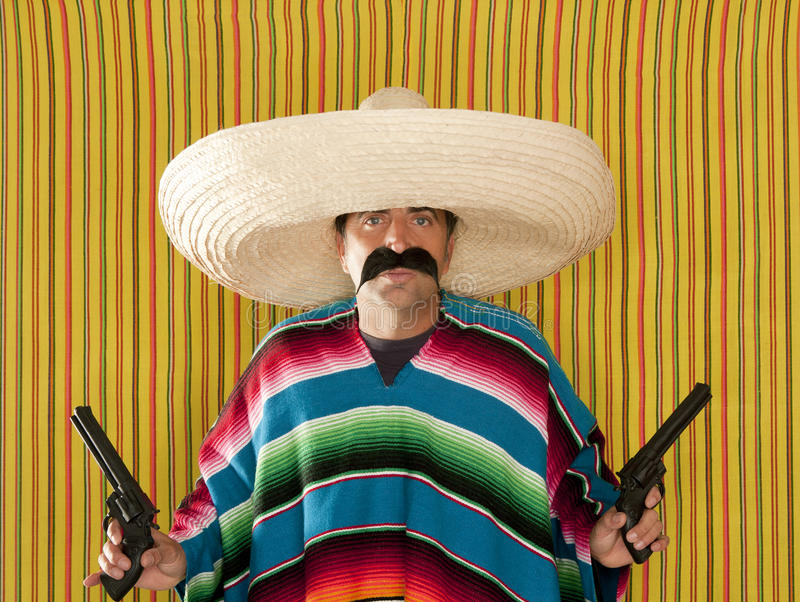 匪盗枪手墨西哥髭左轮手枪阔边帽 免版税库存照片