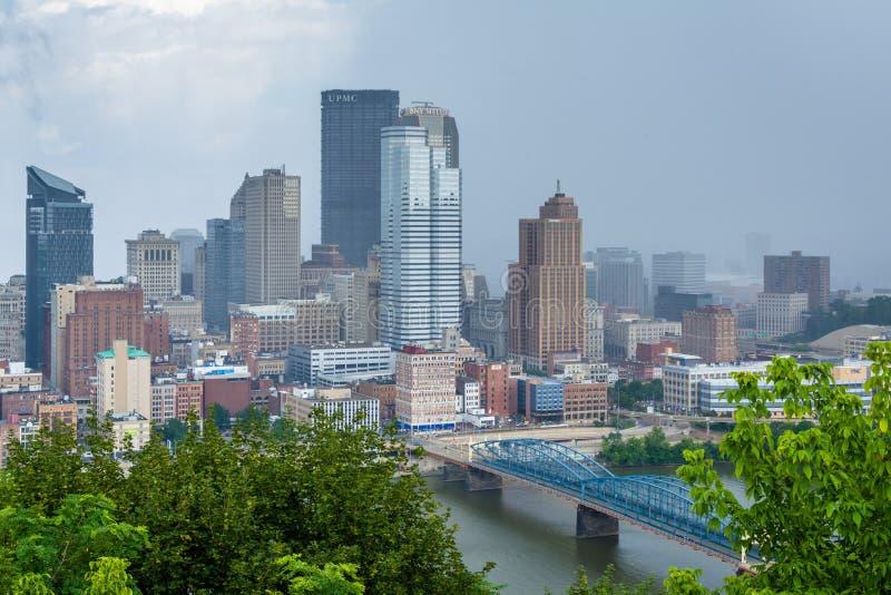 匹兹堡地平线和Monongahela河的风雨如磐的看法,从华盛顿山,在匹兹堡,宾夕法尼亚 图库摄影