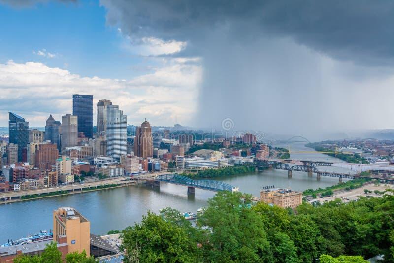 匹兹堡地平线和Monongahela河的风雨如磐的看法,从华盛顿山,在匹兹堡,宾夕法尼亚 免版税库存图片