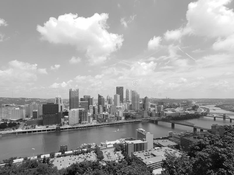 匹兹堡市天际线的黑白照片 库存照片