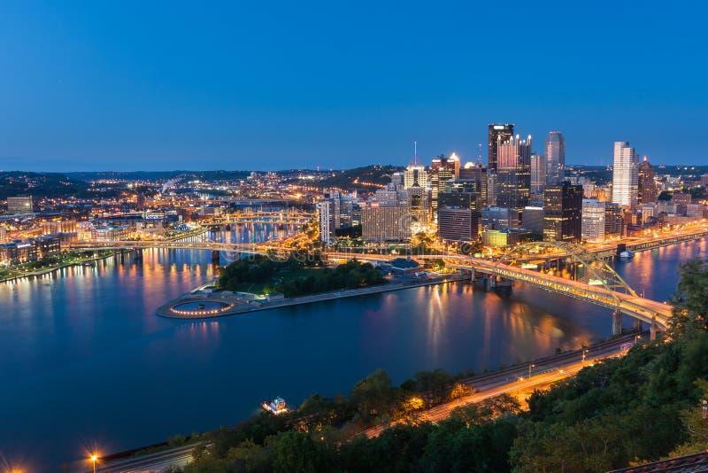 匹兹堡街市地平线在晚上,宾夕法尼亚,美国 库存图片