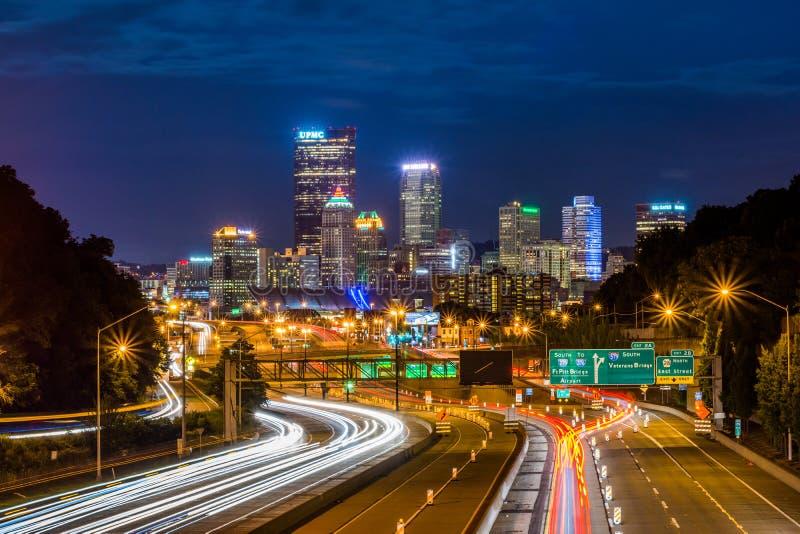 匹兹堡,从高速公路的宾夕法尼亚地平线在晚上 免版税图库摄影