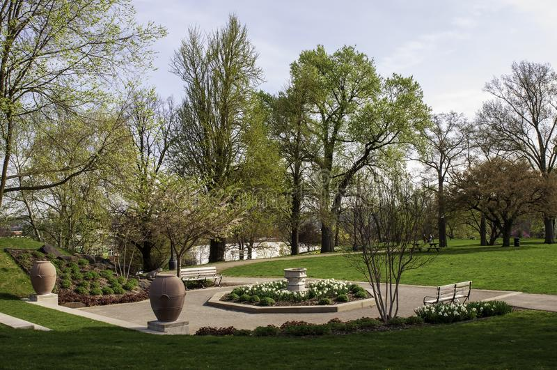 匹兹堡,宾夕法尼亚,美国04/18/2019每与公园长椅的就座区域在庭院里在梅隆公园 库存图片