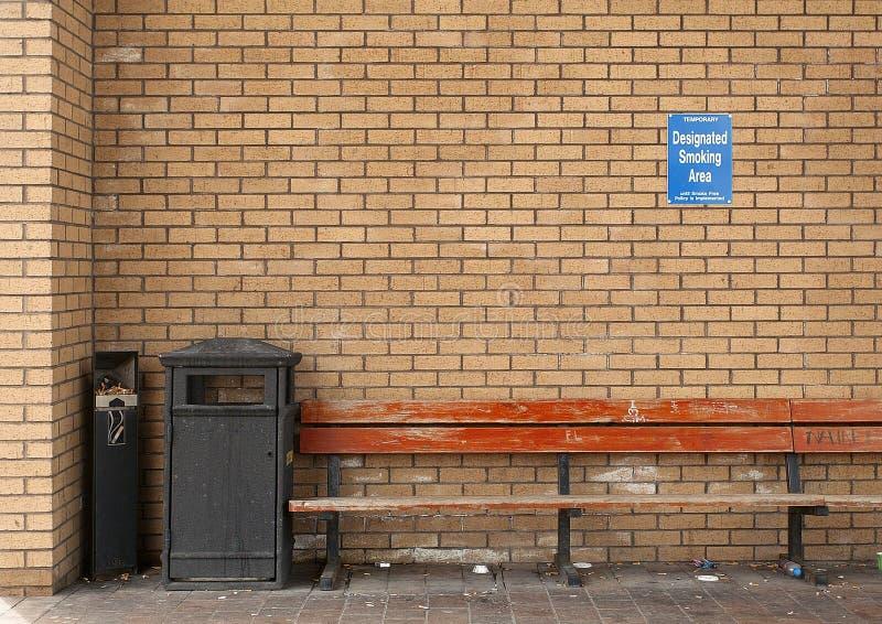 区医院外部抽烟 免版税图库摄影