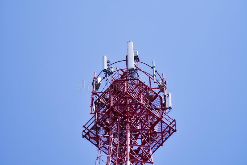区城市dmitrov莫斯科晚上电信塔冬天 无线通信天线发射机 库存图片