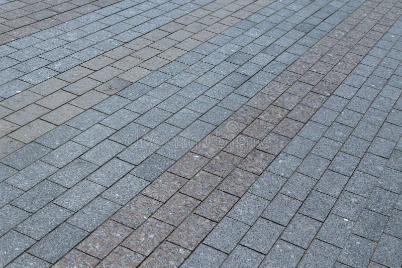 区域或走道棕色由花岗岩或大理石长方形的瓦片制成灰色和 图库摄影