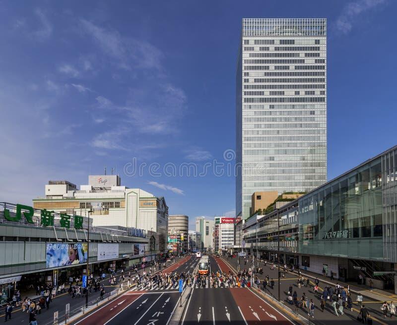 区域的美丽的景色在新宿站附近的在东京,日本,点燃由晴天` s下午光 库存图片