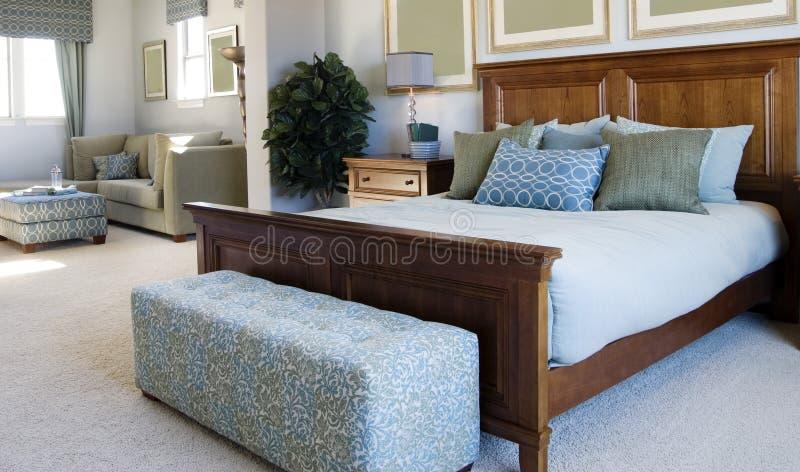 区美丽的卧室小室大小 免版税库存照片