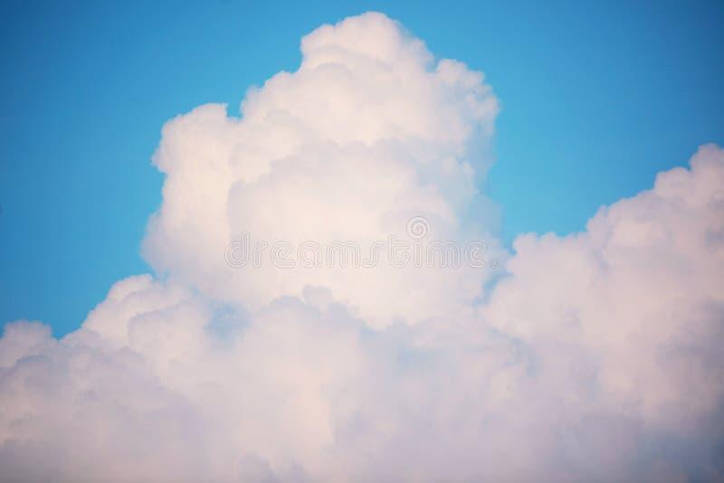 区美丽的蓝色高加索覆盖elbrus山天空白色 库存图片