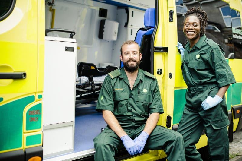 医务人员合作与救护车 免版税库存照片
