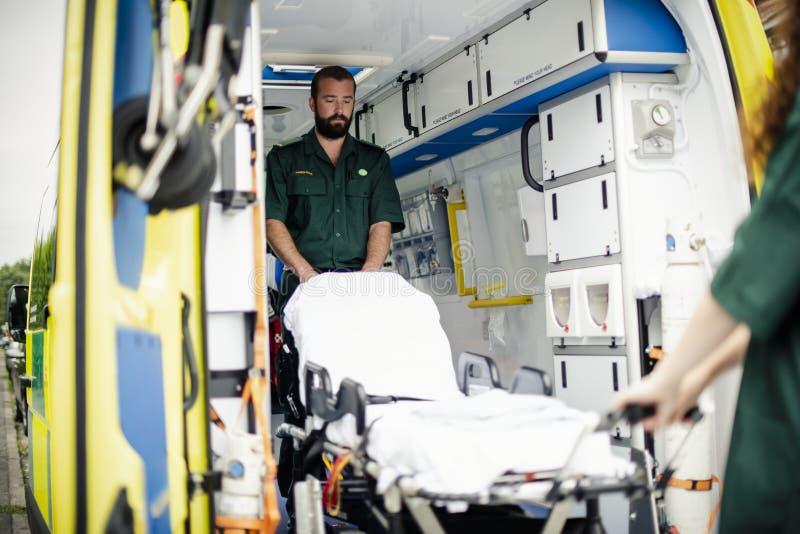 医务人员在与救护车一起使用 免版税库存照片