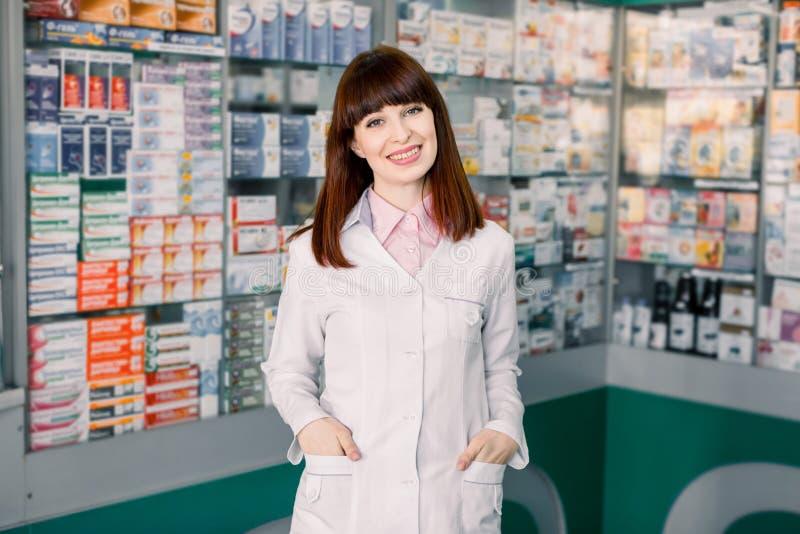 医学、配药学、医疗保健和人概念 一位愉快的女性药剂师快乐的药剂师的画象 库存照片