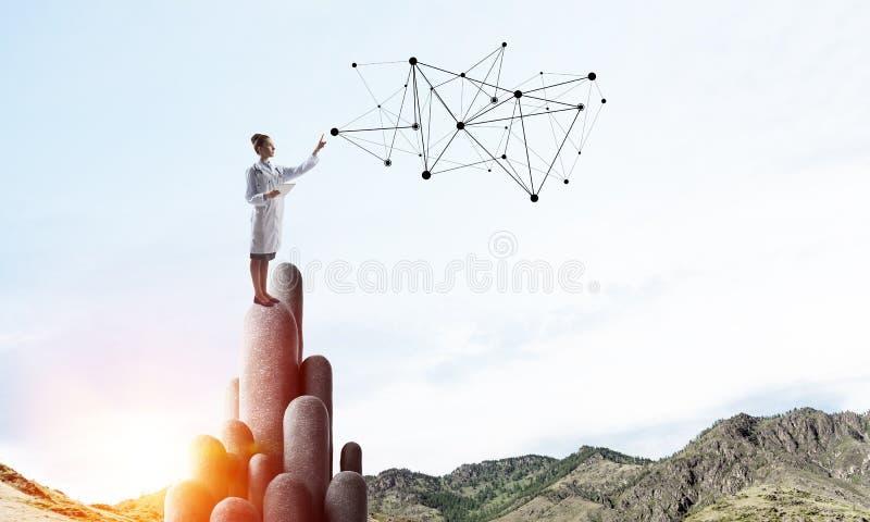 医学专家或实习者在上面的户外身分 库存图片