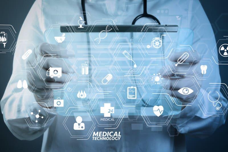 医学医生与现代计算机一起使用 免版税图库摄影
