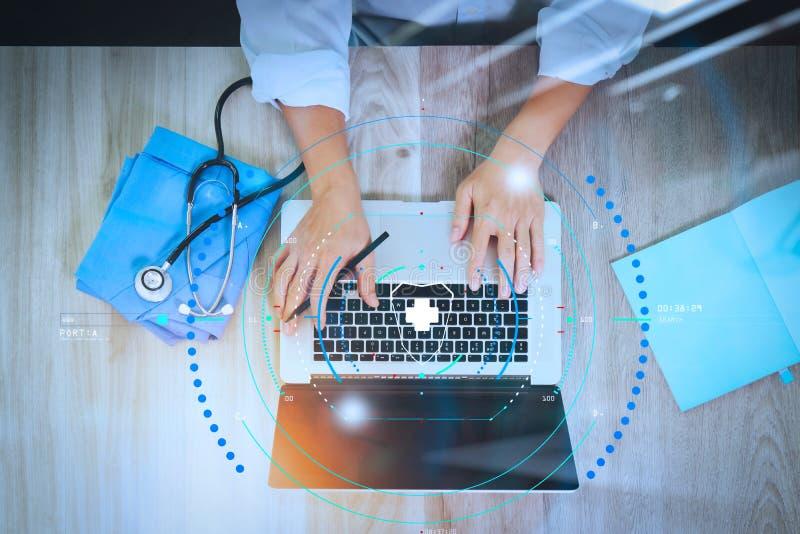 医学医生手顶视图与现代的计算机一起使用 免版税图库摄影