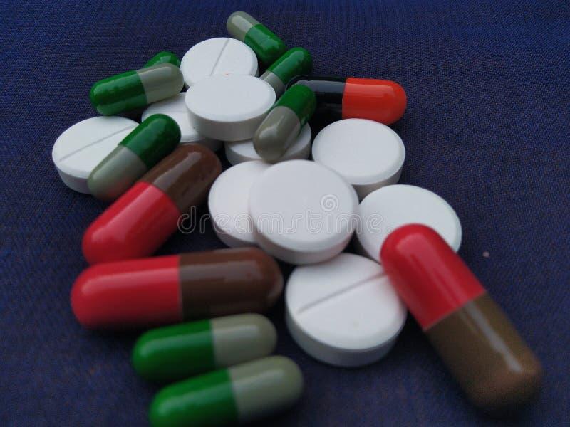 医学医疗医疗保健抗生素抗组胺药片胶囊扑热息痛omprezole tinidazole维生素 免版税库存图片